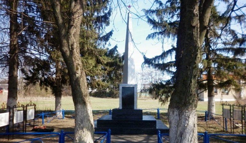 п. Спартак Чернского р-на. Обелиск, установленный в 1966 году на братской могиле, в которой похоронены советские воины.