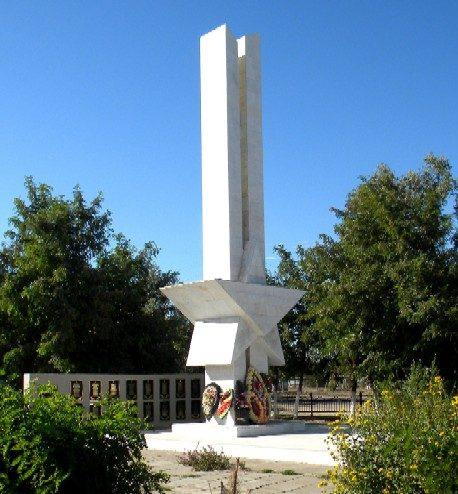с. Каралат Камызякского р-на. Памятник, открытый в 1973 году, установленный в честь погибших односельчан.