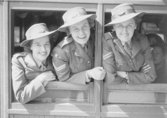 Служащие АВАС отправляются с Мельбурна на фронт. Март 1944 г.
