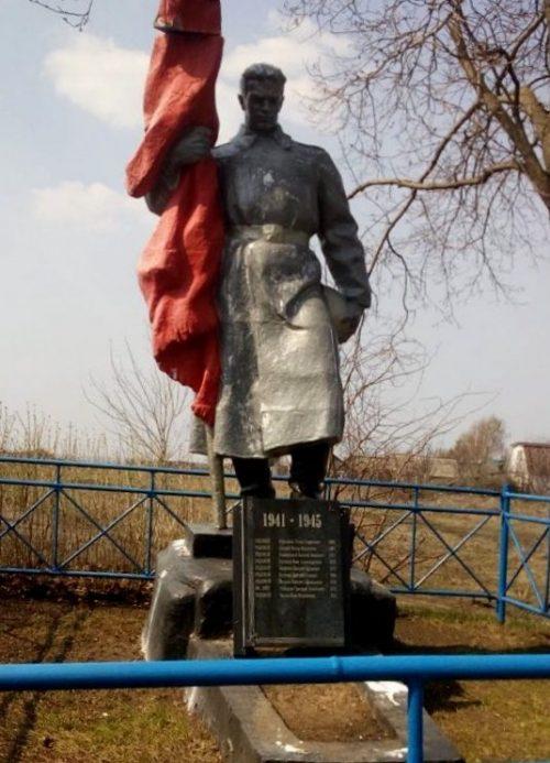 д. Ярославка Ефремовского городского округа. Памятник, установленный на братской могиле, в которой похоронено 13 советских воинов, в т.ч. 8 неизвестных, погибших в годы войны.
