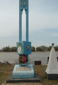 с. Образцово Травино Камызякского р-на. Памятник, установленный в 1965 году на территории рыбозавода им. С.М. Кирова в память о сотрудниках, погибших в годы войны.