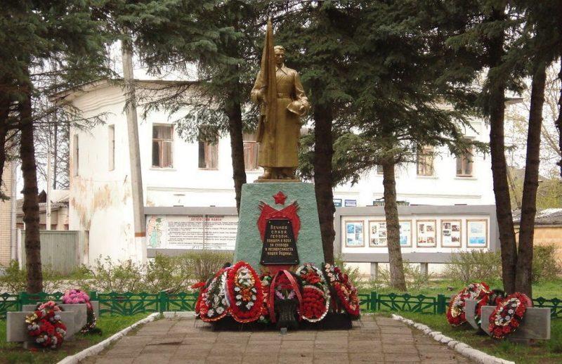 г. Белев. Памятник, установленный на братской могиле в 1957 году, в которой похоронены советские воины.