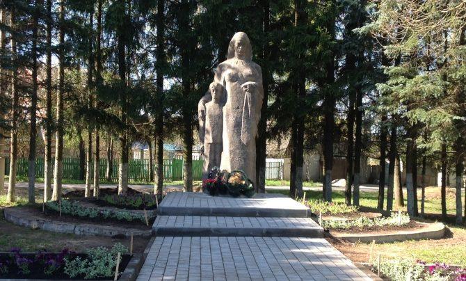п. Бутиково Заокского р-на. Памятник, установленный на братской могиле советских воинов, погибших в годы войны.