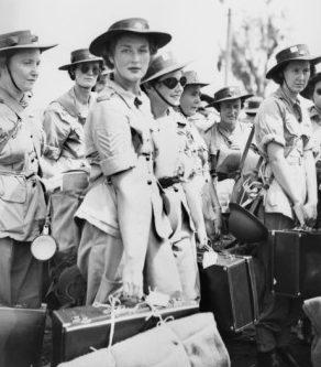 Служащие AWAS высаживается в Лае, Новая Гвинея. Май 1945 г.