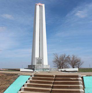 с. Удачное станция Верблюжье Ахтубинского р-на. Обелиск, установленный у братской могилы, в которой похоронено 37 воинов 169 дивизии, погибших в октябре 1942 г.
