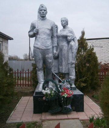 с. Полдневое Камызякского р-на. Памятник, по улице Братьев Фоминых, установленных в честь погибших воинам в годы войны.