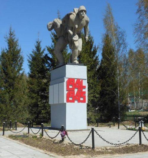 с. Дмитриевское Заокского р-на. Памятник, установленный на братской могиле, в которой похоронено 102 советских воина, погибших в годы войны.