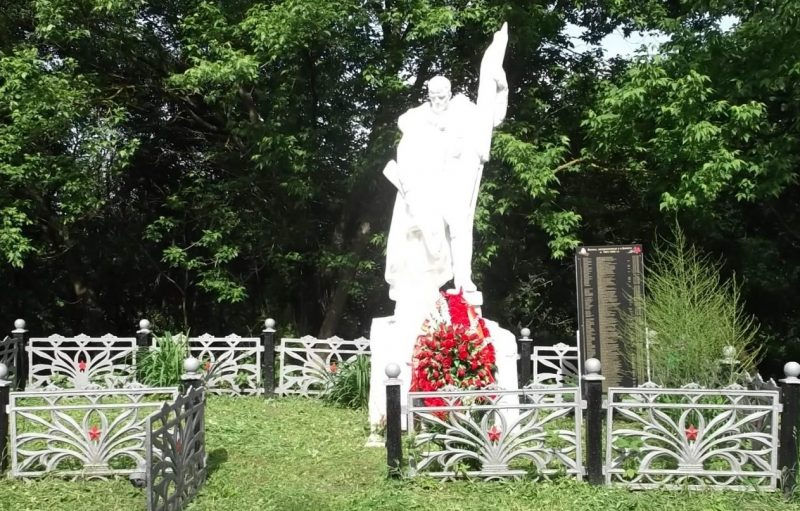 д. Болото Белевского р-на. Памятник, установленный на братской могиле в 1958 году, в которой похоронены советские воины.