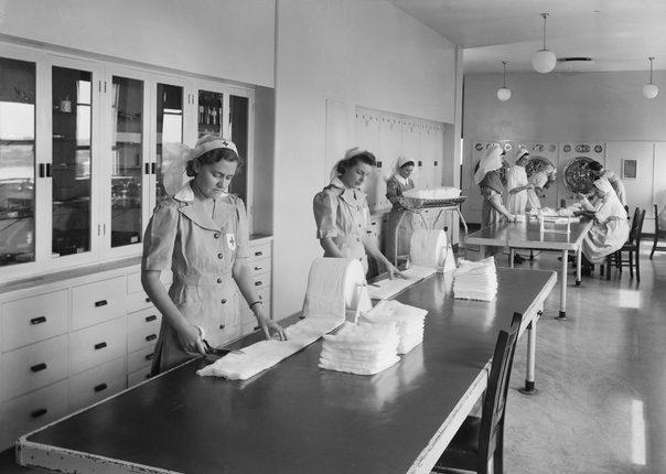 Подготовка перевязочных материалов в госпитале. Конкорд, 1941 г.