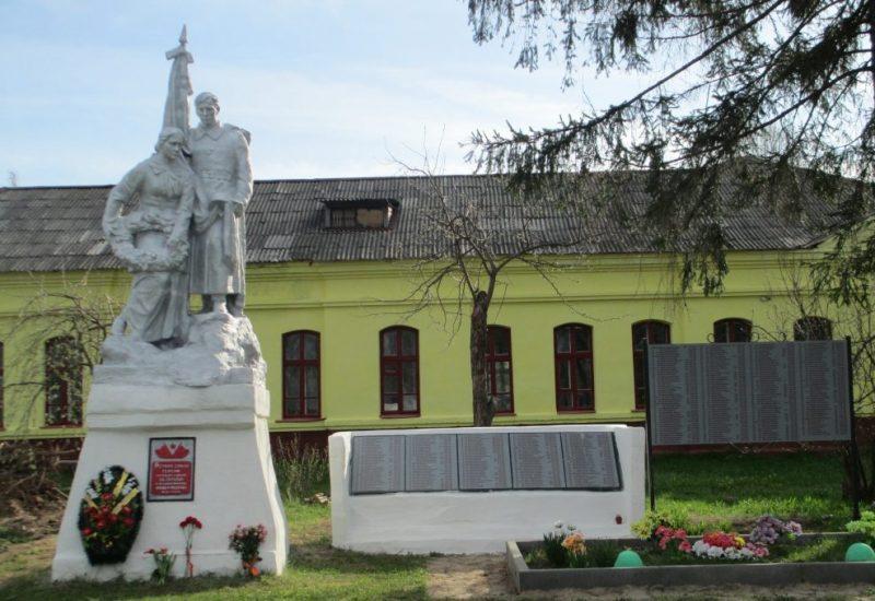 д. Будоговищи Белевского р-на. Памятник у школы, установленный на братской могиле в 1954 году, в которой похоронены советские воины.