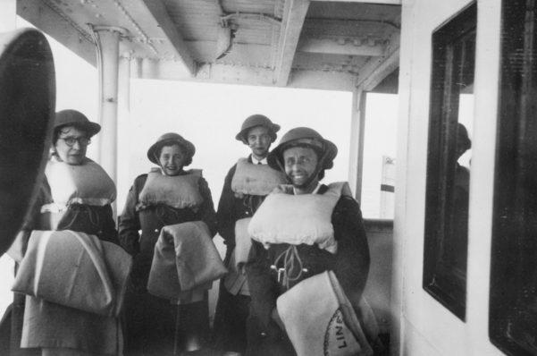 Медсестры AAMWS на борту британского госпиталя корабля Дорсетшир на пути в Тобрук. Март 1941 г.