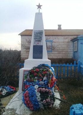 с. Блиново Володарского р-на. Обелиск по улице Абая, установленный в 1971 году в честь погибших земляков в годы войны.
