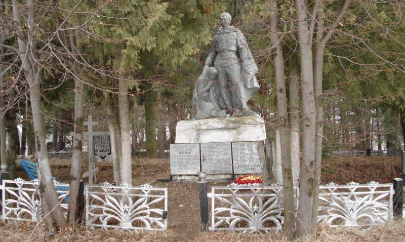 д. Горбуново Белевского р-на. Памятник, установленный на братской могиле в 1959 году, в которой похоронены советские воины.