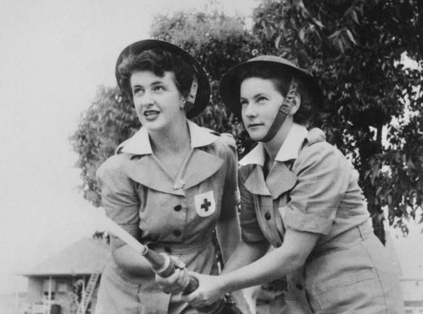 Служащие AAMWS на тренировке с пожаротушения. 1943 г.