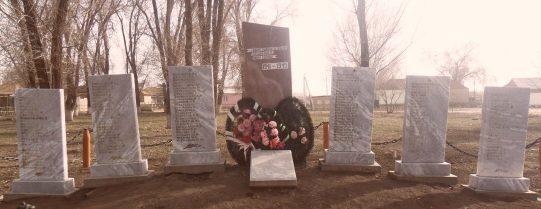 п. Алча Красноярского р-на. Обелиск в парке имени 50-летия Победы, установленный в честь земляков, погибших в годы войны.