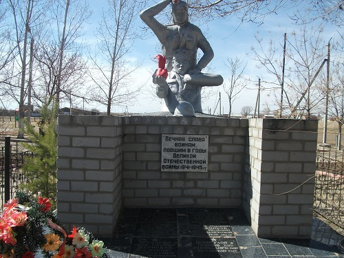 п. Винный Володарского р-на. Памятник, установленный в 2005 году во дворе школы землякам, погибшим в годы войны.