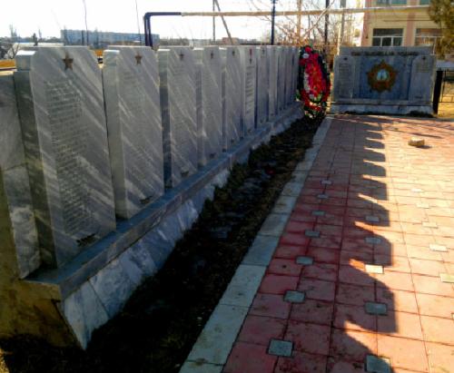 п. Володарский. Мемориал, установленный в честь погибших земляков в годы войны.