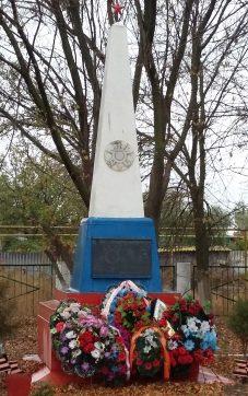 с. Зеленга Володарского р-на. Обелиск по улице Гагарина, установленный в честь погибших земляков в годы войны.