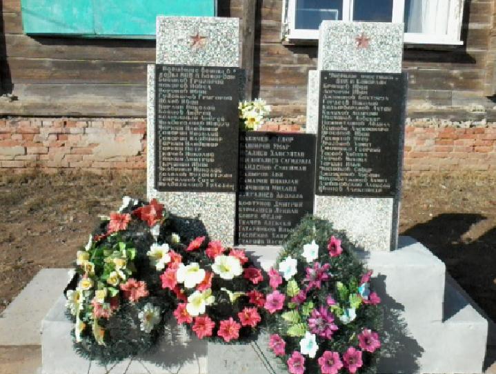 п. Камардан Володарского р-на. Памятник по улице Гагарина, установленный в 2005 году, установленный в честь погибших воинов в годы войны.