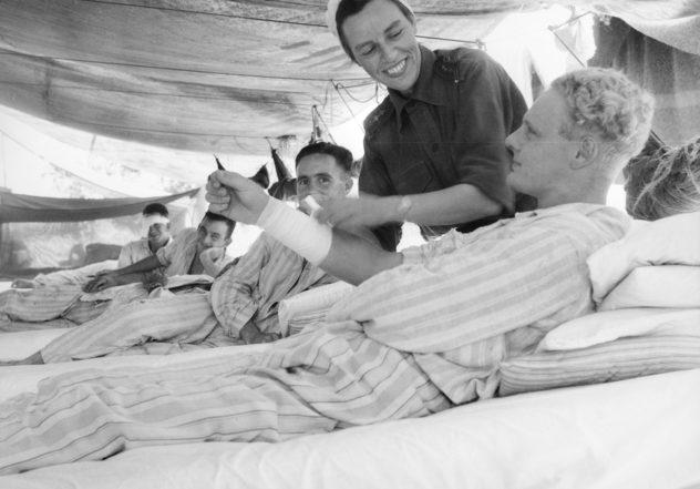 Медсестра из AAMWS перевязывает рану. Март 1944 г.