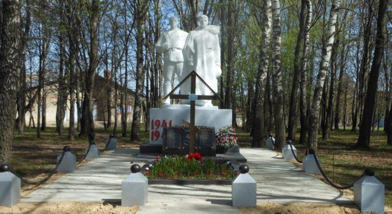с. Симоново Заокского р-на. Памятник, установленный в 1970 году на братской могиле, в которой похоронено 49 неизвестных советских воинов, погибших в годы войны.