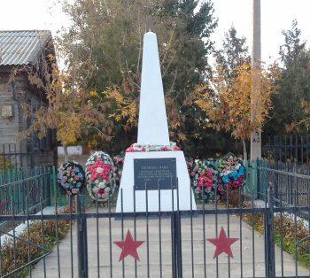 с. Козлово Володарского р-на. Обелиск по улице 30 лет Победы, установленный в честь погибших земляков в годы войны.