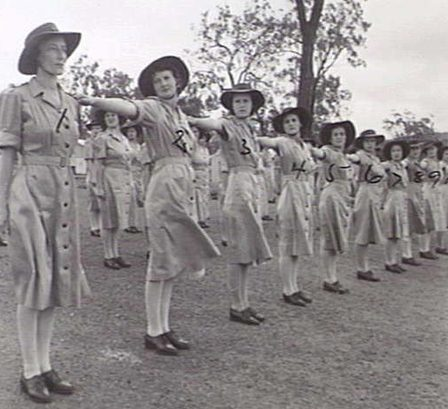 Построение служащих AAMWS. Квинсленд, февраль 1945 г.