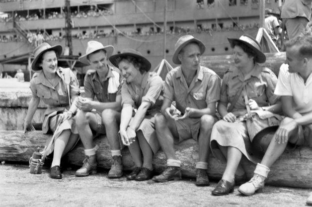 Члены AAMWS у плавающего госпиталя в Сингапуре. Сентябрь 1945 г.
