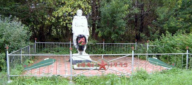д. Теряево Заокского р-на. Памятник, установленный в 1967 году на братской могиле, в которой похоронены советские воины, погибшие в годы войны.