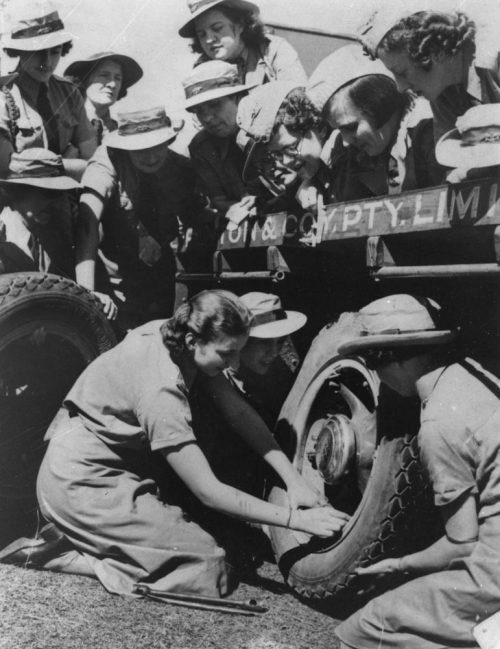 Служащие WNEL меняют шину на грузовике. Квинсленд, 1939 г.
