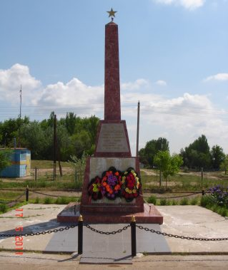 с. Новинка Володарского р-на. Обелиск по улице Центральной, установленный в 1989 году в честь погибших земляков в годы войны.