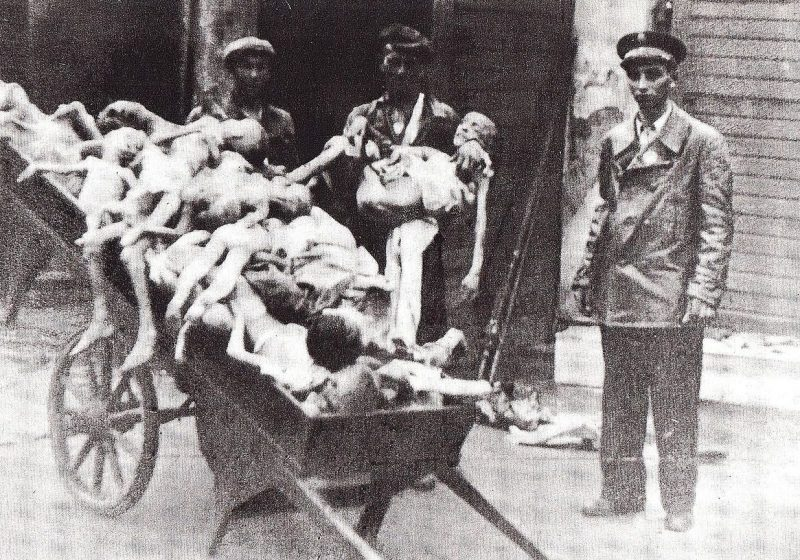 Трупы умерших от голода детей. 1942 г.