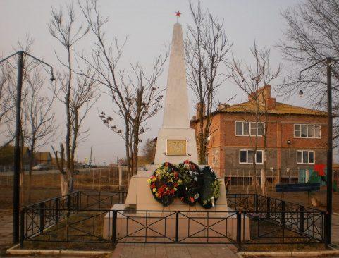 с. Сизой Бугор Володарского р-на. Обелиск по улице Нариманова, установленный в 1969 году в честь погибших земляков в годы войны.