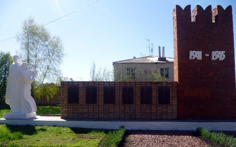 с. Закопы Каменского р-на. Памятник, установленный на братской могиле, в которой похоронены советские воины, погибшие в годы войны.