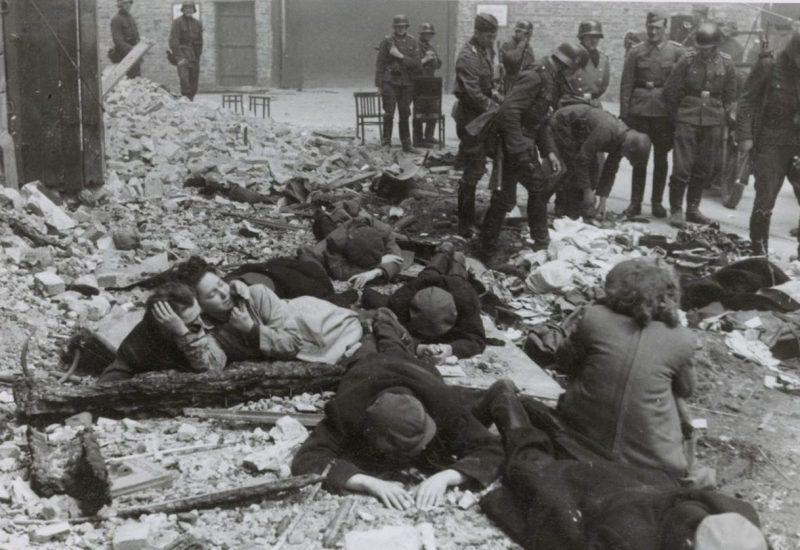 Солдаты СС в Варшавском гетто во время восстания. Апрель 1943 г.