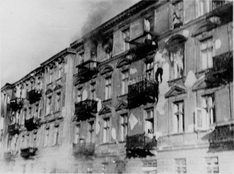 Горящие дома в гетто. Апрель 1943 г.