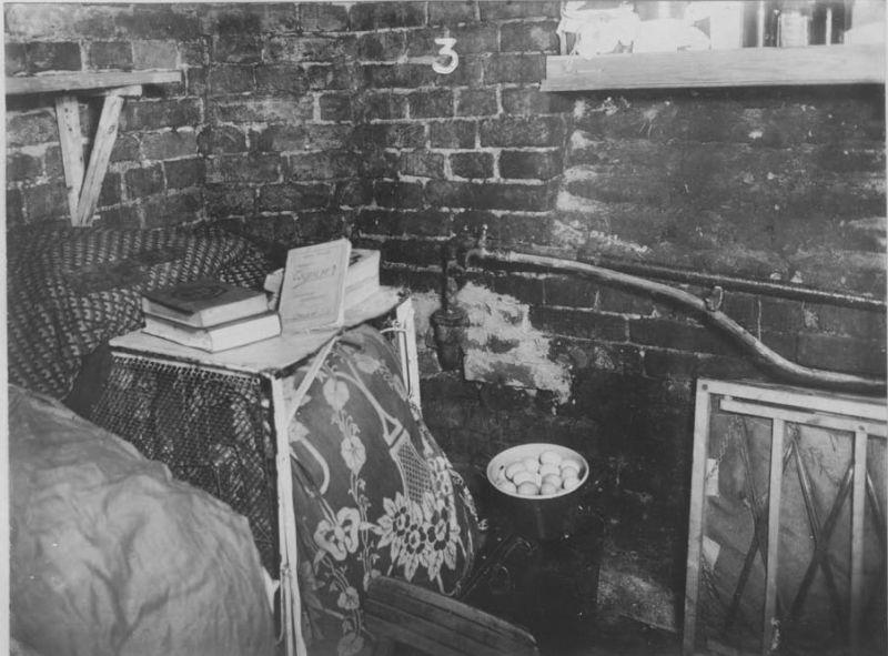 Скрытое убежище, оборудованное обитателями варшавского гетто. Апрель 1943 г.