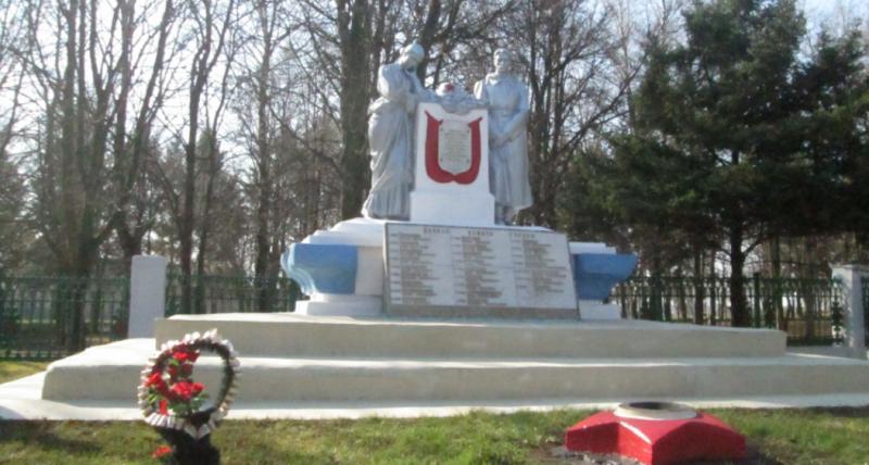 г. Советск Щекинского р-на. Памятник, установленный на братской могиле, в которой похоронены советские воины.