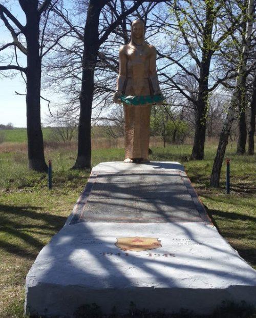 п. Социалистический Щекинского р-на. Памятник, установленный на братской могиле, в которой похоронены советские воины.
