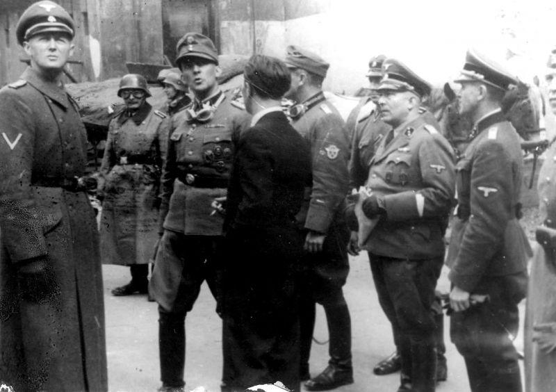 Генерал Штроп в окружении солдат в гетто. Май 1943 г.