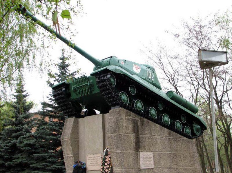 г. Щекино. Памятник-танк ИС-2 воинам 50-й армии и 32-й танковой бригады.