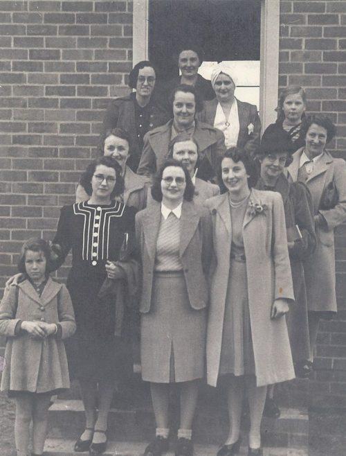 Члены VAOC в Талангатте на ступеньках наблюдательного поста. 1944 г.