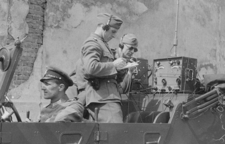 Военнослужащие-связисты во время подавления восстания. Май 1943 г.