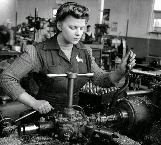 Женщины на машиностроительных заводах. 1941 г.