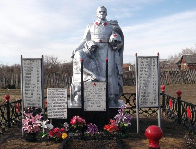 д. Иваньково Кимовского р-на. Памятник, установленный на братской могиле, в которой похоронены советские воины, погибшие в годы войны.