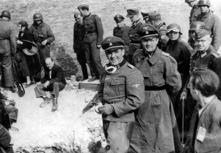 Немецкие войска у обнаруженного укрытия евреев. Июнь 1943 г.