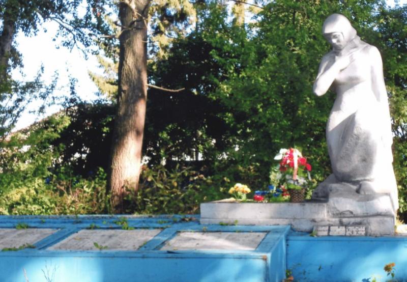 п. Боровковский Ясногорского р-на. Памятник погибшим односельчанам, установленный в 1969 году.