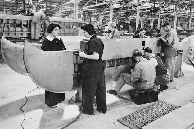 Женщины на авиационном заводе. 1942 г.