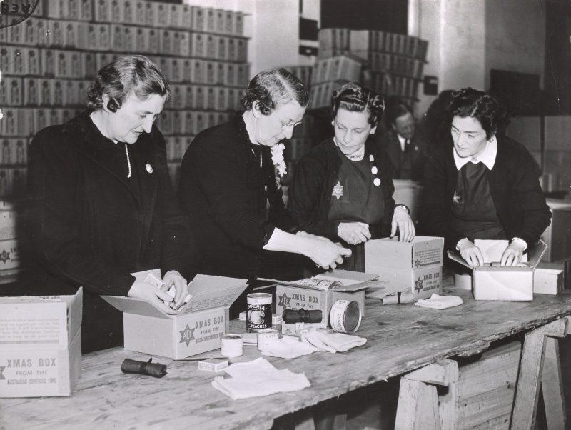 Женщины-добровольцы упаковывают рождественские подарки солдатам. 1942 г.