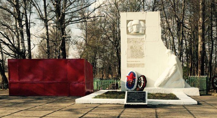 д. Желыбино Ясногорского р-на. Памятник, установленный на братской могиле, в которой похоронены советские воины.